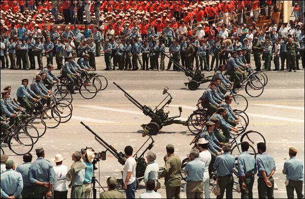 Kubánská armáda na prvomájové demonstraci v Havaně v roce 1994 - Sputnik Česká republika