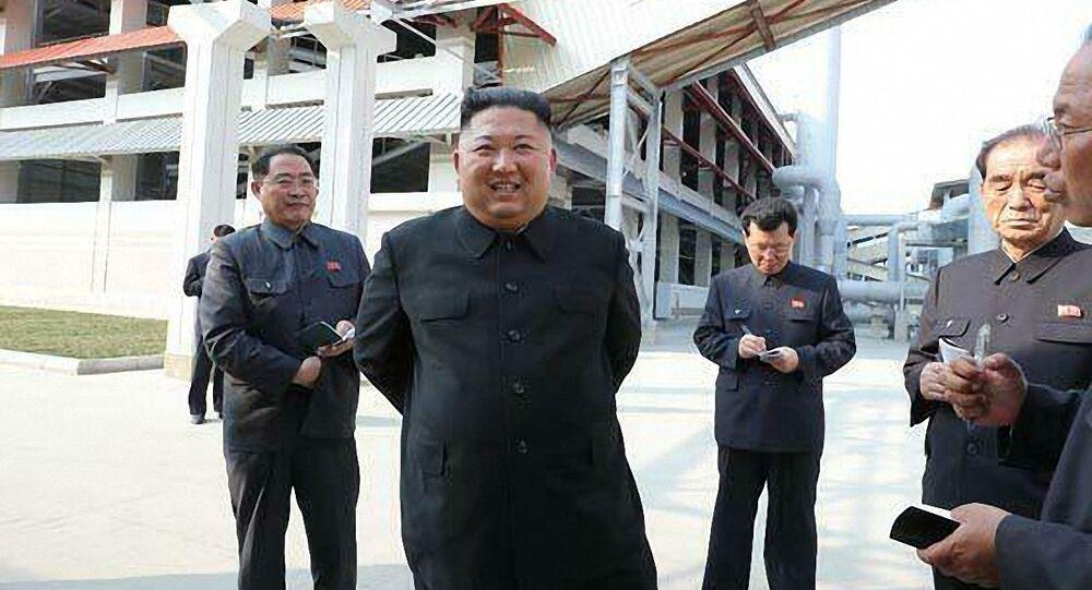 Kim Čong-un během ceremonie dokončení výstavby závodu na hnojiva ve městě Sunčchon (1. května 2020)