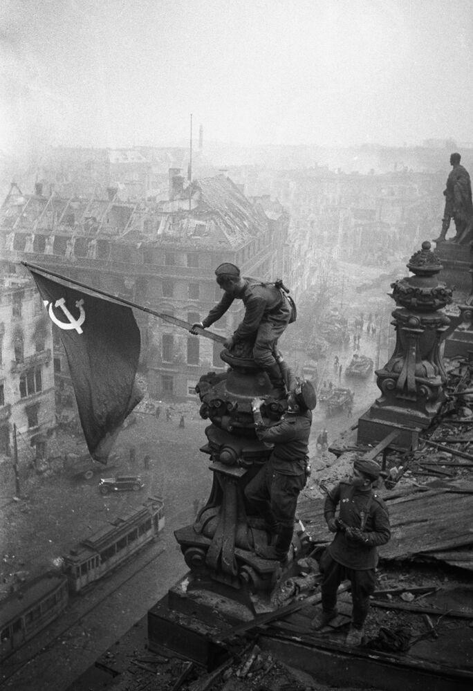 Bez dobytí města by válka neskončila. Na fotografii: Vítězná sovětská vlajka nad budovou Reichstagu, 1. května 1945.