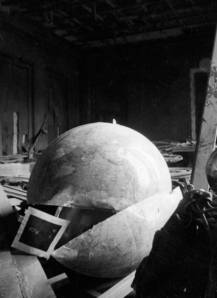 Na fotografii: Hitlerova zničená kancelář.