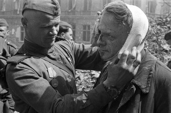 20. dubna, s palbou dlouhého dosahu dělostřelectva 1. běloruského frontu přes Berlín, byl zahájen útok. - Sputnik Česká republika