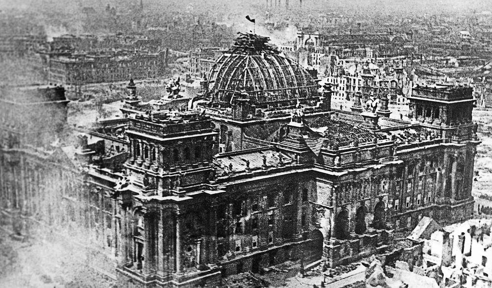 2. května, v šest hodin a třicet minut ráno, náčelník obrany v Berlíně, generál dělostřelectva Weidling, se vzdal a nařídil ostatním jednotkám zastavit odpor.