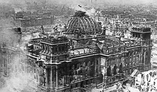 2. května, v šest hodin a třicet minut ráno, náčelník obrany v Berlíně, generál dělostřelectva Weidling, se vzdal a nařídil ostatním jednotkám zastavit odpor. - Sputnik Česká republika