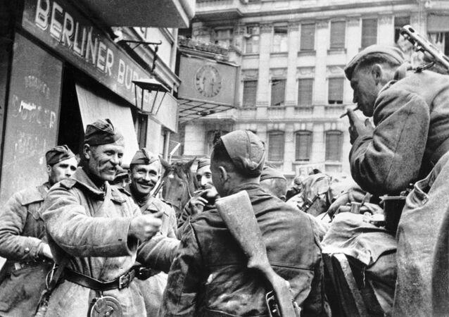 Oslavy ruských vojáků v Berlíně v roce 1945