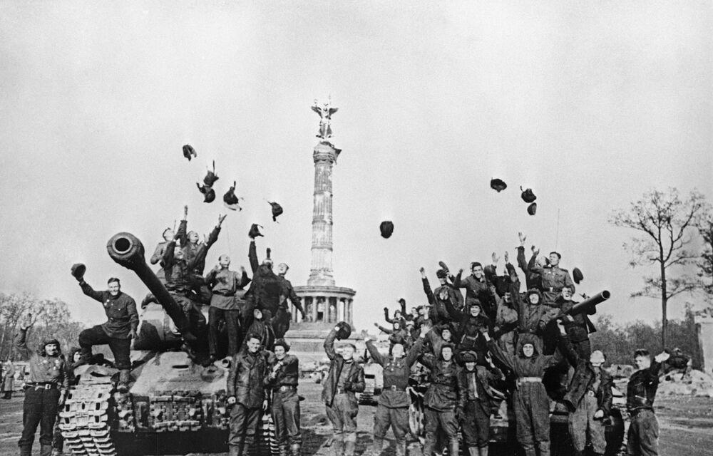 Sovětské tankové posádky se radují z vítězství. Berlín, květen 1945.