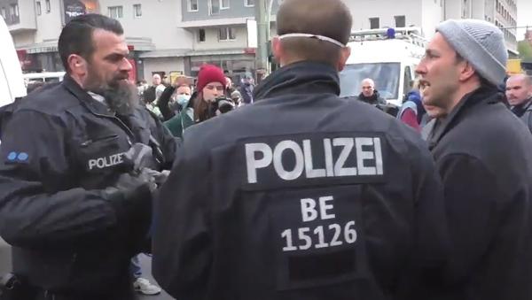 V Berlíně došlo ke střetům mezi protestujícími a policisty - Sputnik Česká republika