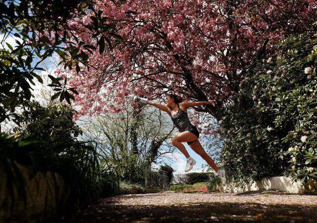 Pětibojařka Jo Muirová cvičí v domě svých rodičů během karantény.