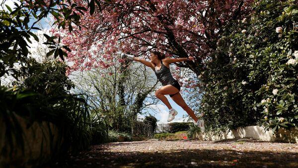 Pětibojařka Jo Muirová cvičí v domě svých rodičů během karantény. - Sputnik Česká republika