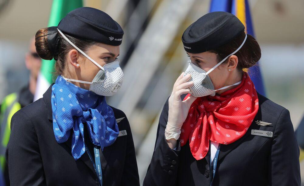Letušky s respirátory na letišti v Bělehradě.