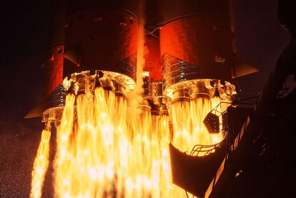 Start rakety Sojuz-2.1a z kosmodromu Bajkonor.