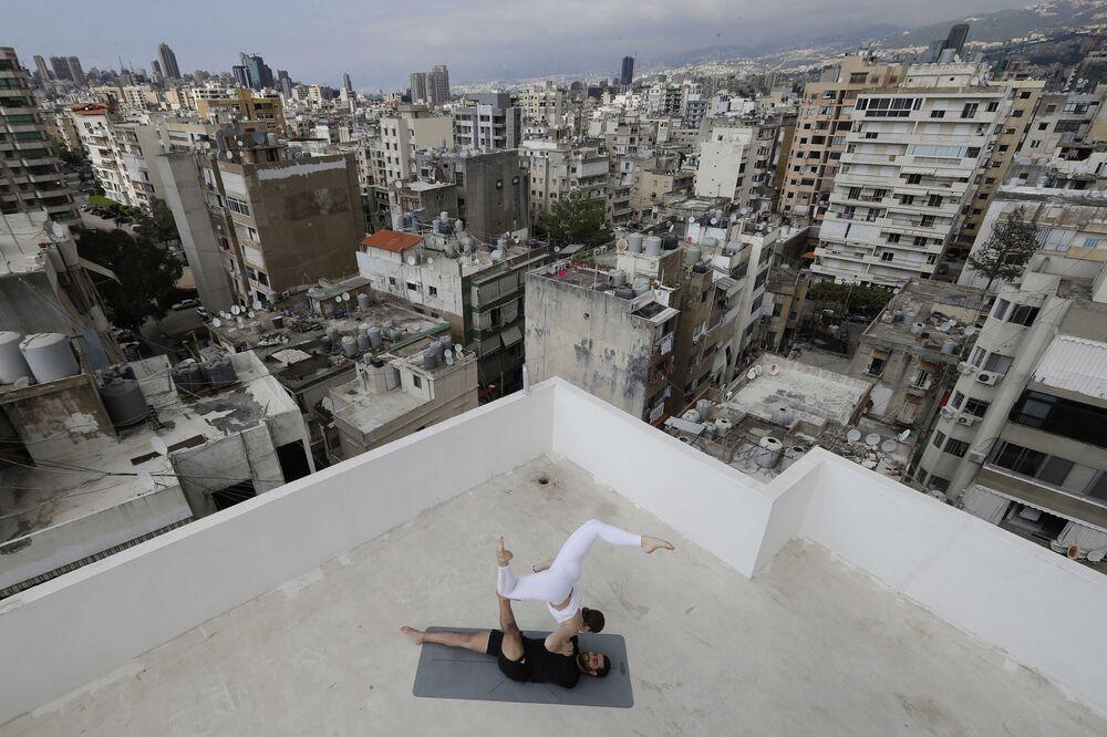 Libanonští instruktoři jógy na střeše domu v Bejrútu.