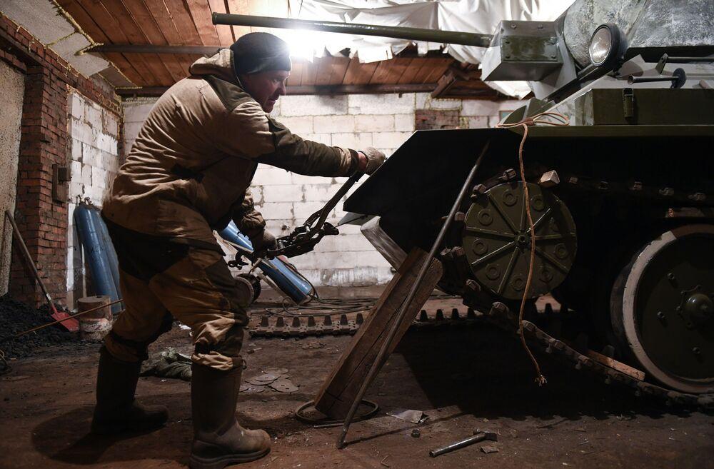 Ruský řemeslník Maxim Svjokla pracuje na kopii tanku T-34-76 v garáži svého domu ve vesnici Boľšoj Oješ v Novosibirské oblasti.