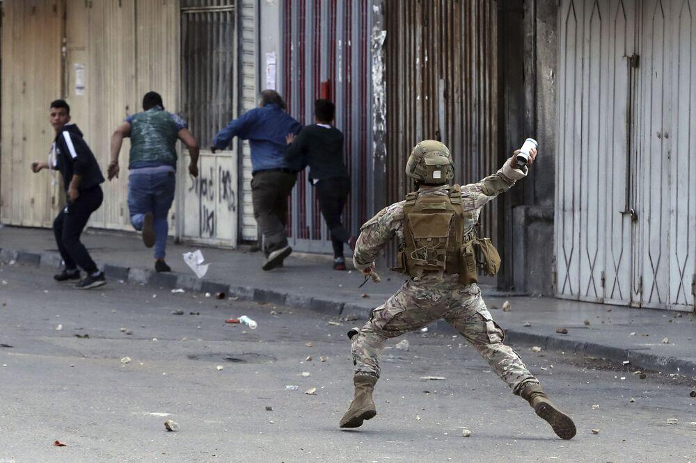Libanonský voják během protestů v libanonském městě Tripolis.