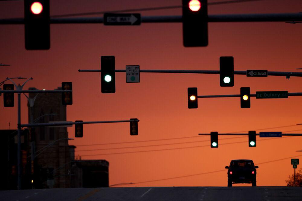 Prázdná ulice ve městě Topeka v americkém státě Missouri během karantény.
