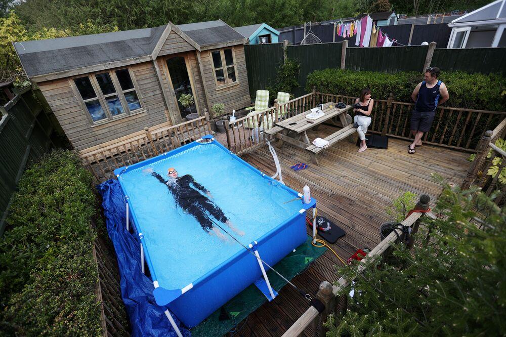 Trojbojař Lloyd Bebbington trénuje na zahradě svého domu v britském městě Newcastle-under-Lyme.