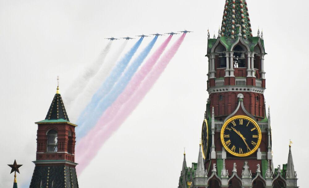 Letoun blízké palebné podpory Su-25 na obloze nad Moskvou během cvičení vzdušné části vojenské přehlídky při příležitosti Dne vítězství nad nacistickým Německem.
