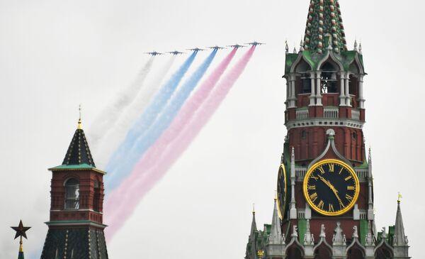 Letoun blízké palebné podpory Su-25 na obloze nad Moskvou během cvičení vzdušné části vojenské přehlídky při příležitosti Dne vítězství nad nacistickým Německem. - Sputnik Česká republika