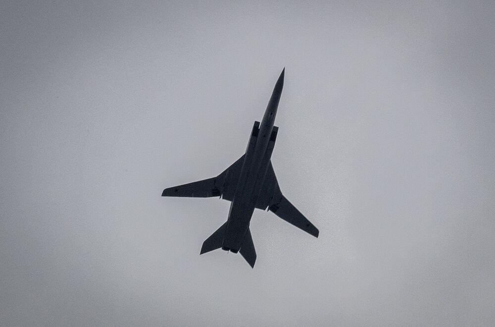 Nadzvukový strategický bombardér Tu-22M3 na obloze nad Moskvou během cvičení vzdušné části vojenské přehlídky při příležitosti Dne vítězství nad nacistickým Německem.