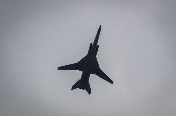 Nadzvukový strategický bombardér Tu-22M3 na obloze nad Moskvou během cvičení vzdušné části vojenské přehlídky při příležitosti Dne vítězství nad nacistickým Německem. - Sputnik Česká republika