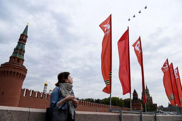 Nadzvukové taktické bombardéry Su-24 na obloze nad Moskvou během cvičení vzdušné části vojenské přehlídky při příležitosti Dne vítězství nad nacistickým Německem. - Sputnik Česká republika