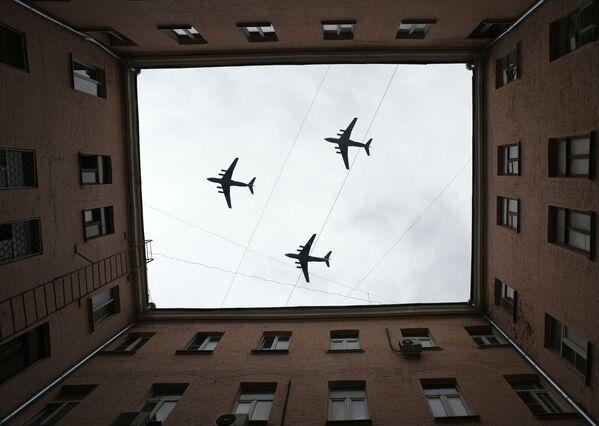 Těžké transportní letouny Il-76 na obloze nad Moskvou během cvičení vzdušné části vojenské přehlídky při příležitosti Dne vítězství nad nacistickým Německem. - Sputnik Česká republika
