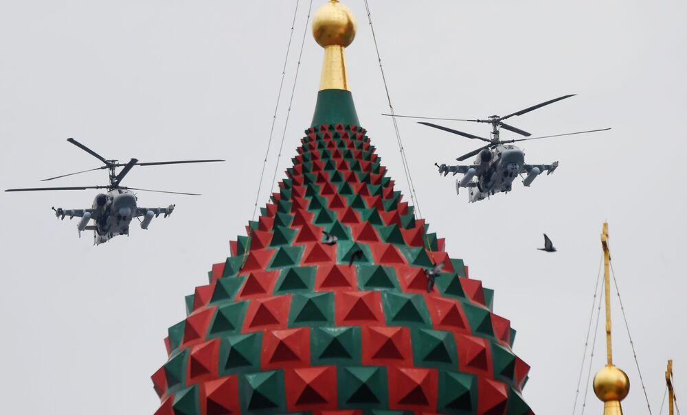 Bitevní vrtulníky Ka-52 Alligator na obloze nad Moskvou během cvičení vzdušné části vojenské přehlídky při příležitosti Dne vítězství nad nacistickým Německem.