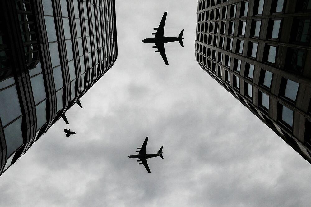 Těžké transportní letouny Il-76 na obloze nad Moskvou během cvičení vzdušné části vojenské přehlídky při příležitosti Dne vítězství nad nacistickým Německem.