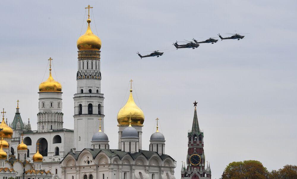 Bitevní vrtulníky Mi-28N Noční lovec na obloze nad Moskvou během cvičení vzdušné části vojenské přehlídky při příležitosti Dne vítězství nad nacistickým Německem.