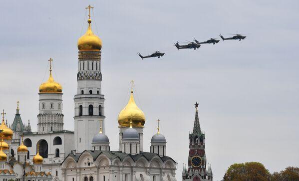 Bitevní vrtulníky Mi-28N Noční lovec na obloze nad Moskvou během cvičení vzdušné části vojenské přehlídky při příležitosti Dne vítězství nad nacistickým Německem. - Sputnik Česká republika