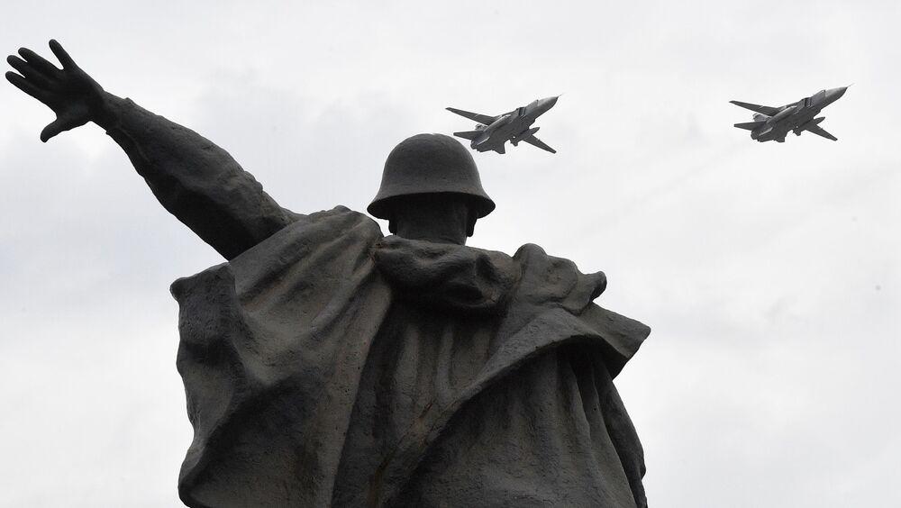 Nadzvukové taktické bombardéry Su-24M na obloze nad Moskvou během cvičení vzdušné části vojenské přehlídky při příležitosti Dne vítězství nad nacistickým Německem.