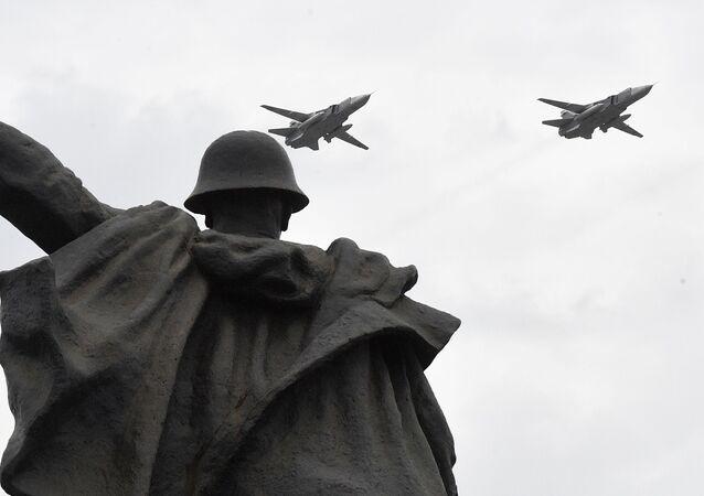 Bombardéry Su-24M na zkoušce letecké části Vítězné přehlídky v Moskvě