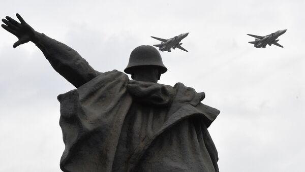 Bombardéry Su-24M na zkoušce letecké části Vítězné přehlídky v Moskvě - Sputnik Česká republika