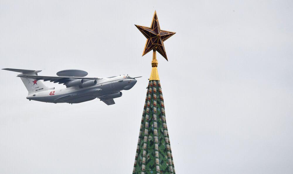 Letoun včasné výstrahy založený A-50U na obloze nad Moskvou během cvičení vzdušné části vojenské přehlídky při příležitosti Dne vítězství nad nacistickým Německem.