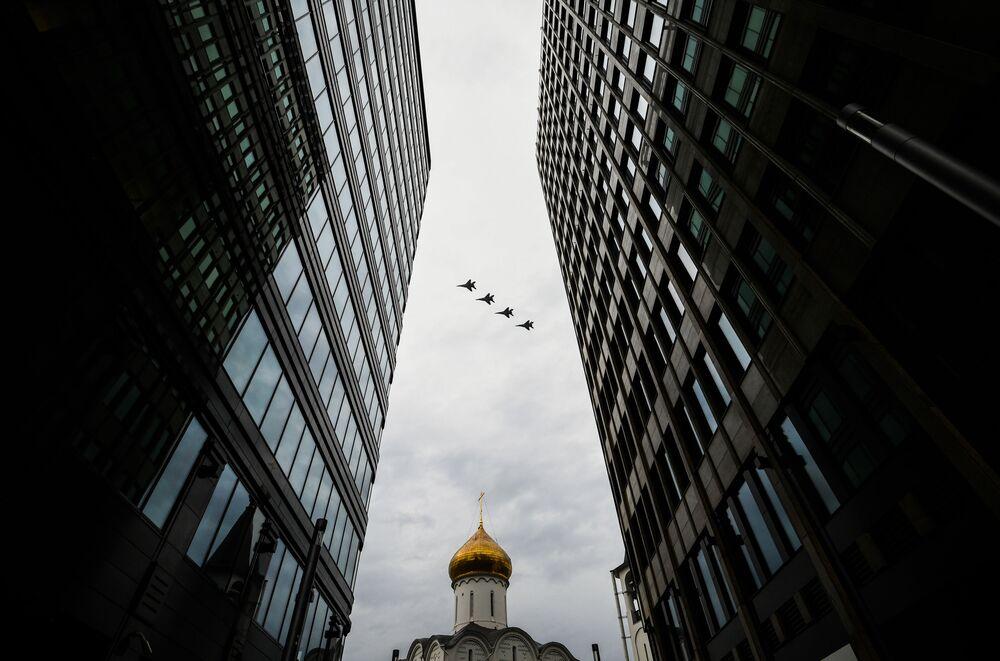 Stíhací letouny MiG-29MST na obloze nad Moskvou během cvičení vzdušné části vojenské přehlídky při příležitosti Dne vítězství nad nacistickým Německem.