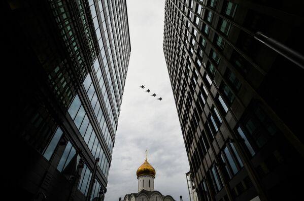 Stíhací letouny MiG-29MST na obloze nad Moskvou během cvičení vzdušné části vojenské přehlídky při příležitosti Dne vítězství nad nacistickým Německem. - Sputnik Česká republika