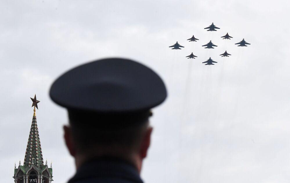 Stíhací letouny MiG-29 a Su-30SM na obloze nad Moskvou během cvičení vzdušné části vojenské přehlídky při příležitosti Dne vítězství nad nacistickým Německem.