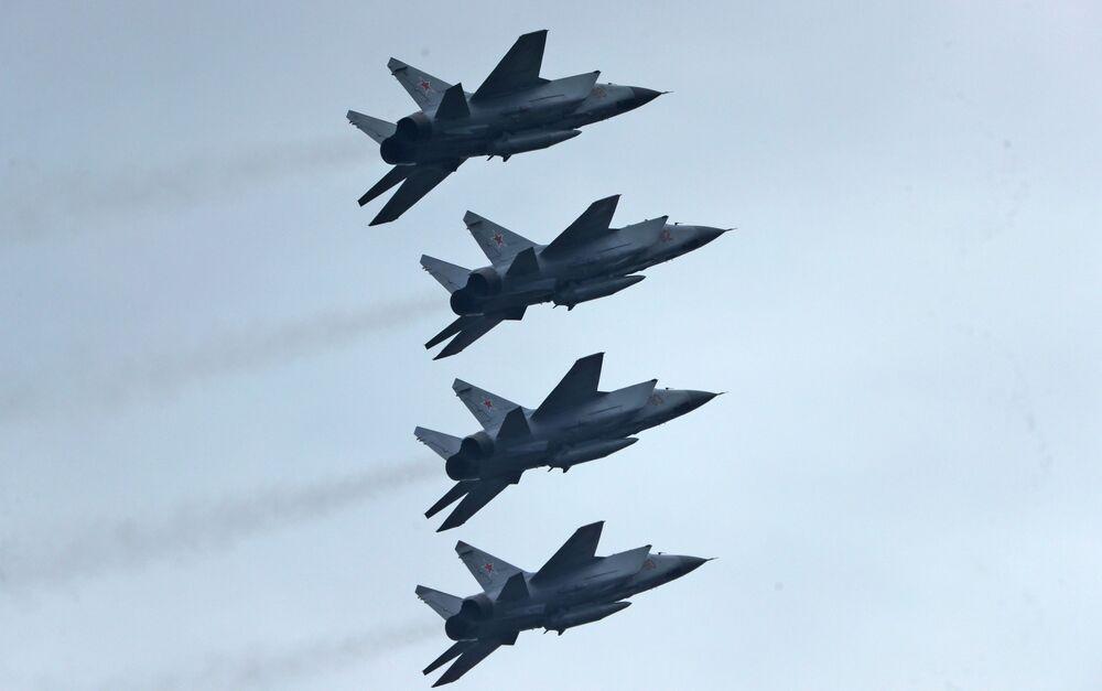 Nadzvukové stíhací letouny MiG-31BM s hypersonickými střelami Kinžal na obloze nad Moskvou během cvičení vzdušné části vojenské přehlídky při příležitosti Dne vítězství nad nacistickým Německem.