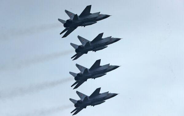 Nadzvukové stíhací letouny MiG-31BM s hypersonickými střelami Kinžal na obloze nad Moskvou během cvičení vzdušné části vojenské přehlídky při příležitosti Dne vítězství nad nacistickým Německem. - Sputnik Česká republika
