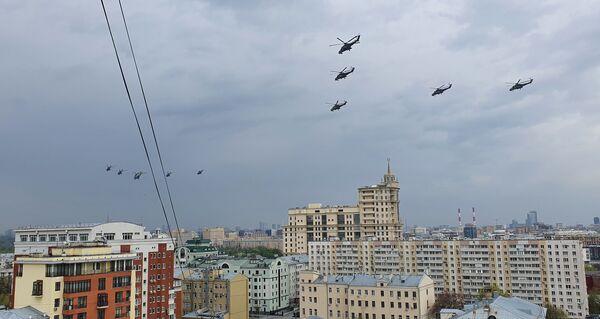 Cvičení vzdušné části vojenské přehlídky na obloze nad Moskvou při příležitosti Dne vítězství nad nacistickým Německem. - Sputnik Česká republika