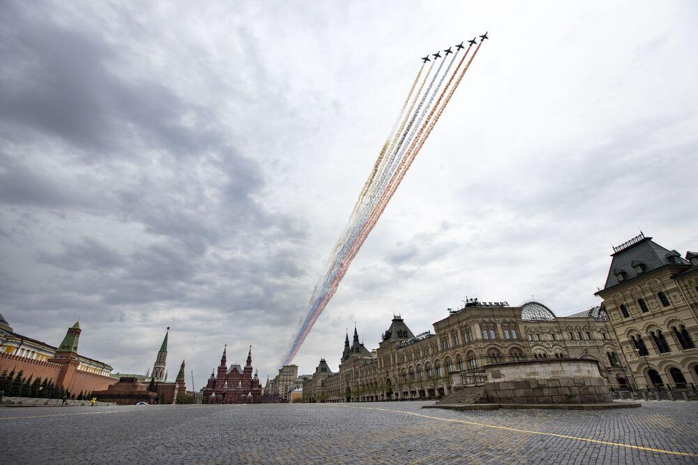 Cvičení vzdušné části vojenské přehlídky na obloze nad Moskvou při příležitosti Dne vítězství nad nacistickým Německem.