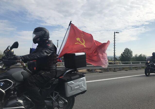 Kolona příznivců Nočních vlků a Ruska na dálnici D1