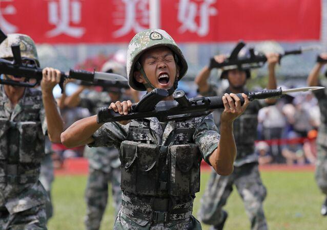 Vojáci Čínské lidové osvobozenecké armády demonstrují své dovednosti během dne otevřených dveří námořní základny na ostrově Stonecutters v Hongkongu