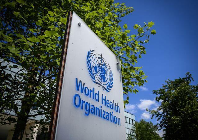 Znak Světové zdravotnické organizace (WHO) v Ženevě vedle jejich sidla