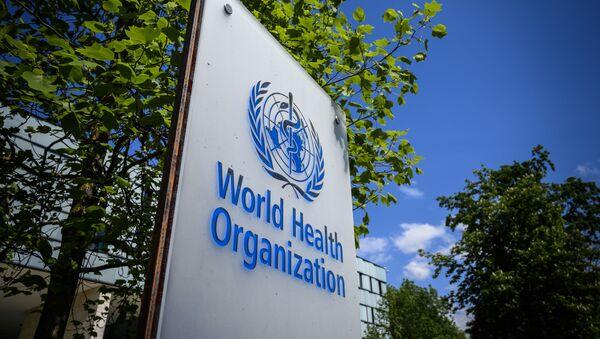 Znak Světové zdravotnické organizace (WHO) v Ženevě vedle jejich sidla - Sputnik Česká republika