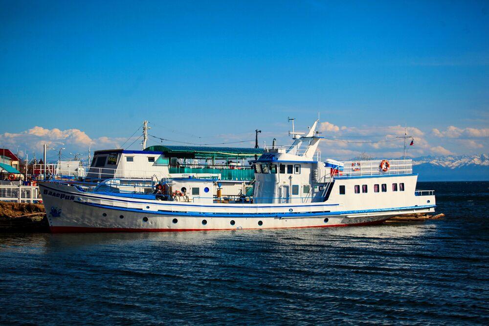 Loď kotvící na Bajkalu.