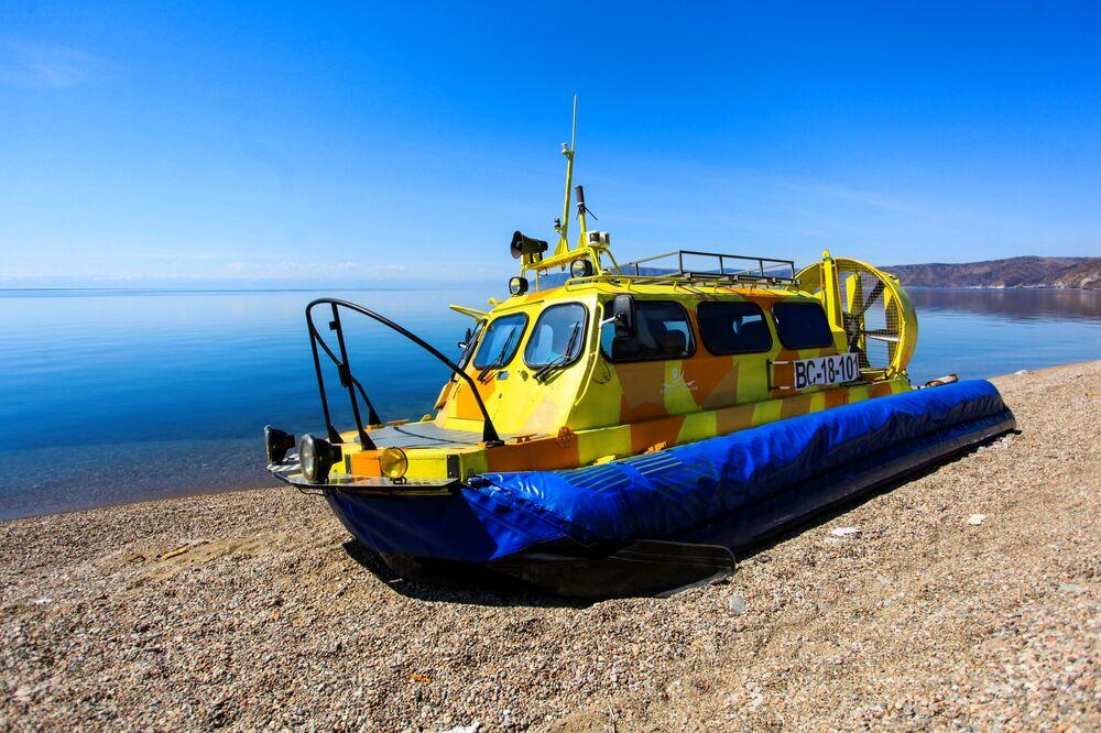 Vznášedlo Chivus na břehu jezera Bajkal.