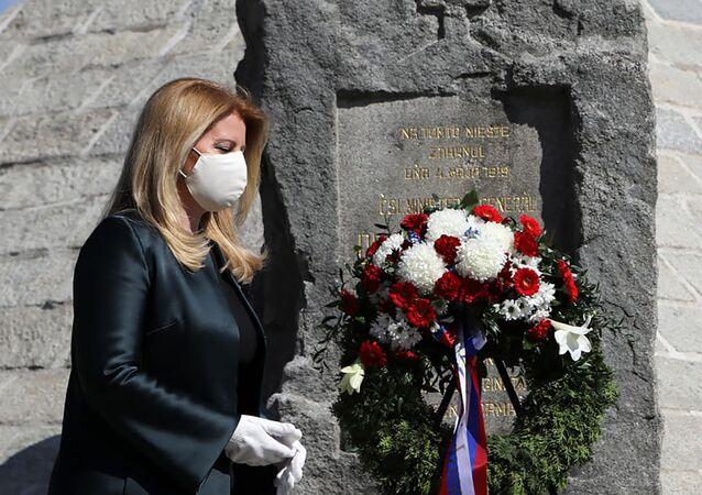 Slovenská prezidentka Zuzana Čaputová při položení květin na hrob Milana Rastislava Štefánika