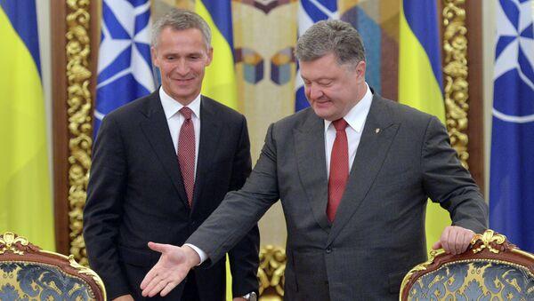 Ukrajinský prezident Petro Porošenko a generální tajemník NATO Jens Stoltenberg - Sputnik Česká republika