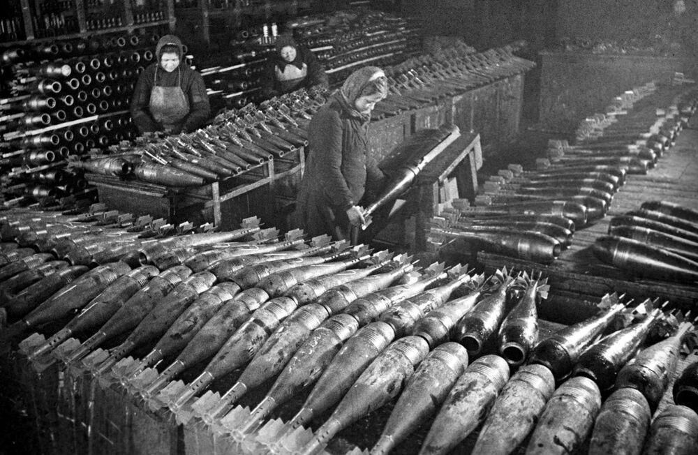 Dělnice zhotovují miny na moskevském závodu v roce 1942