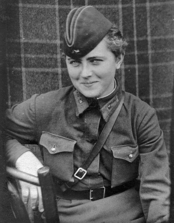Pilotka 46. gardového nočního bombardovacího leteckého pluku Jevgenija Žigulenková. Dne 23. února 1945 obdržela vyznamenání Hrdinka Sovětského svazu - Sputnik Česká republika